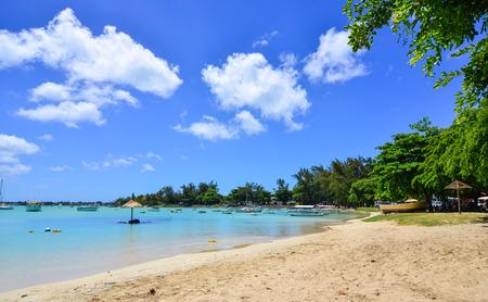 Grand Baie, Mauritius - 10 januari 2017. Mooi strand op zonnige dag in Grand Baie, Mauritius. Mauritius is een belangrijke toeristische bestemming, met een derde plaats in de regio en 56e wereldwijd. Stockfoto - 72335353