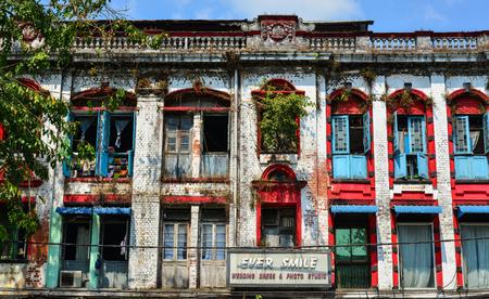 casa colonial: Yangon, Myanmar - 13 de febrero de 2017. Apartamentos viejos en Chinatown en Rangún, Myanmar. El centro de Yangon todavía se compone principalmente de edificios coloniales decadentes.