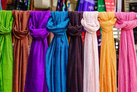 Kleurrijke neckwears te koop bij Aziatische straatmarkt. Stockfoto - 72676241