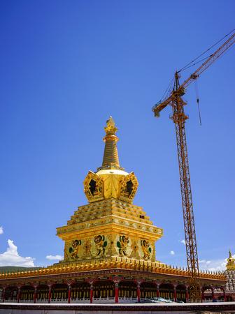 Stupa d'or au monastère Yarchen Gar à Garze tibétain, Sichuan, Chine. Yarchen Gar est la plus grande concentration de moniales et de moines au monde. Banque d'images - 74101275