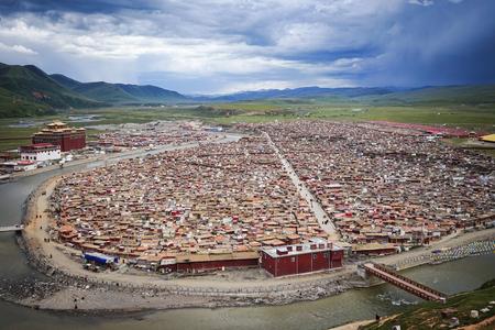 Cabanes de moine au monastère Yarchen Gar à Garze tibétain, Sichuan, Chine. Yarchen Gar est la plus grande concentration de moniales et de moines au monde. Banque d'images - 74101497