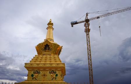 Sichuan, Chine - 18 août 2016. Golden Stupa au monastère Yarchen Gar à Garze, Sichuan, en Chine. Yarchen Gar est la plus grande concentration de moniales et de moines au monde. Banque d'images - 73875789