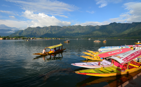 Srinagar, India - Jul 23, 2015. People rowing wooden boat in Srinagar, India. Srinagar is the largest city and the summer capital of the Indian state of Jammu and Kashmir. Éditoriale