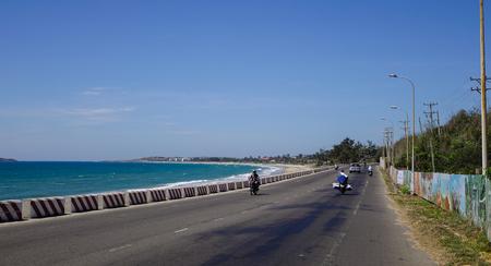 나트랑, 베트남 -20170 년 3 월 26 일입니다. 베트남에서 열 대 바다 근처 고속도로에서 차량을 실행합니다. 베트남 도로 시스템의 총 길이는 약 222,179km이