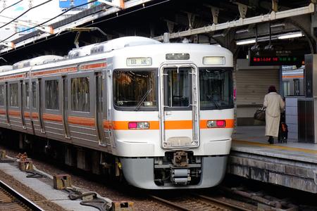 Tokyo, Japan - 25 december 2015. Een lokale trein stoppen bij treinstation in Tokio, Japan. Spoorvervoersdiensten in Japan worden geleverd door meer dan 100 particuliere bedrijven. Redactioneel