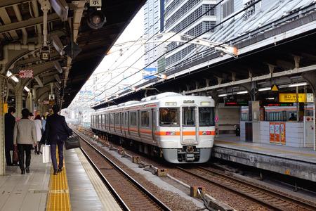 Tokyo, Japan - 25. Dezember 2015. Ein Zug hält am Bahnhof in Tokio, Japan. Der Schienenverkehr in Japan ist ein wichtiges Mittel für den Personenverkehr, insbesondere für Massen- und Hochgeschwindigkeitsreisen.