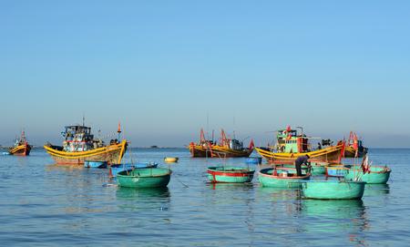 Phan Thiet, Vietnam - breng 19, 2016 in de war Houten boten die op het overzees bij zonnige dag in Mui Ne-stad, Phan Thiet, Vietnam dokken. Mui Ne is een vissersdorp aan de kust in de provincie Binh Thuan, Vietnam.