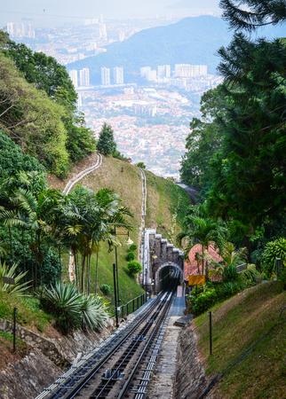 Spoorwegspoor op de heuvel in Penang, Maleisië. De spoorlijn is een furnicular-trein die van Air Itam naar Penang Hill gaat. Stockfoto - 77654522