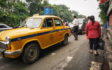 paso de peatones: Kolkata, India - 8 de julio de 2015. Gente que camina en la calle en el centro de la ciudad en Kolkata, India. Kolkata es conocida por su gran arquitectura colonial, galerías de arte y festivales culturales.