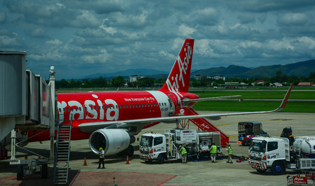 Chiang Mai, Thailand - Jun 22, 2016. AirAsia aircraft docking at Chiang Mai Airport in Thailand. In 2016, tourist arrivals are expected to grow by approximately 10 percent to 9.1 million. 新聞圖片