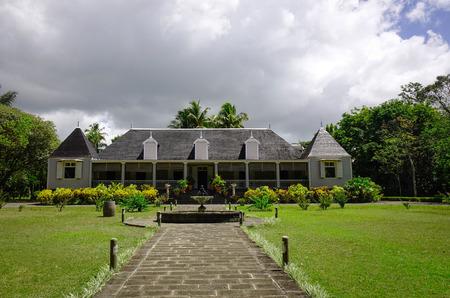 Vista frontal de la antigua mansión Eureka en Moka, Mauricio. La casa es una casa criolla única construida en 1830 situada junto al río Moka. Editorial