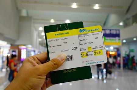 Manila, Filippijnen - 14 april, 2017. Air ticket met reisdocumenten op NAIA Airport in Manila, Filippijnen. NAIA is de belangrijkste internationale toegangspoort voor reizigers naar de Filippijnen. Redactioneel