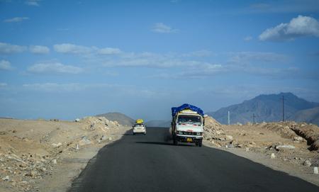 Ladakh, India - 16 de junio de 2015. Un camión que se ejecuta en la carretera de montaña en Ladakh, India. Ladakh es la meseta más alta de Jammu y Cachemira, con una gran parte de más de 3.000 m.