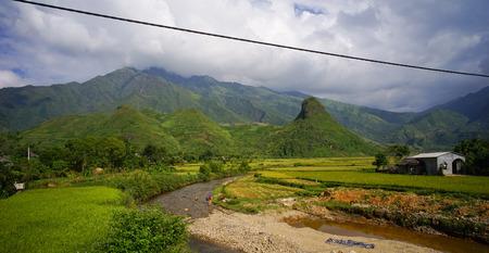 Terrasvormig padieveld met een landelijk huis in Sapa, Noordelijk Vietnam. Sa Pa heeft de grootste markt in de provincie en is ook beroemd om de terrasvormige rijstvelden.