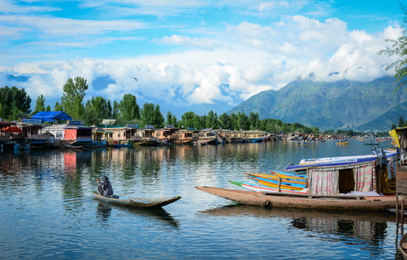 Srinagar, India - 23 juli 2015. Landschap van Dal Lake in Srinagar, India. Het meer is ook een belangrijke bron voor commerciële activiteiten in de visserij en het oogsten van waterplanten.