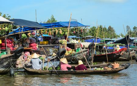 ことができます Tho、ベトナム - 2016 年 2 月 2 日。カイランの水上マーケットすることができます Tho、ベトナムの川の上の人。カントーの水上マーケ