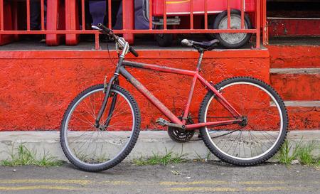 Bicicletta d'annata contro il vecchio muro di mattoni in Mahebourg, Mauritius.