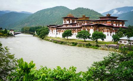 Mening van Punakha Dzong in Punakha, Bhutan. Het is de tweede oudste en tweede grootste dzong in Bhutan en een van de meest majestueuze structuren.