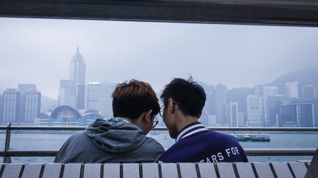 홍콩 -2177 년 3 월 29 일. 홍콩에서 빅토리아 항구의 제방에 아시아 게이 커플. 2014 년 홍콩은 국제 관광객을위한 11 번째로 인기있는 목적지였습니다. 에디토리얼