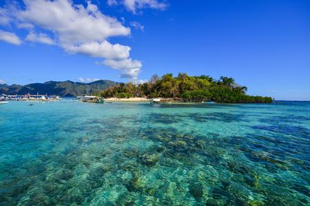 Coron 섬, 필리핀의 바다입니다. Coron에는 7 개의 호수가 있으며, 그 중 유명한 것은 필리핀에서 전국적으로 인정받는 깨끗한 호수입니다.