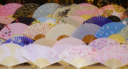 Fan pieghevoli giapponesi in un negozio a Kyoto, in Giappone.
