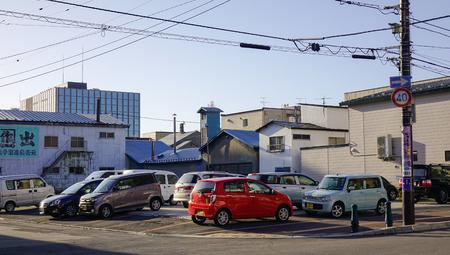 2017 年 10 月 1 日 - 函館市。函館市の駐車場で車。函館は、19 世紀の終わりに外国との貿易の港町として開発。