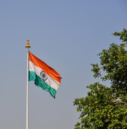 Een Indiase vlag die bij zonnige dag in Jaipur, India vliegt. Een parlementaire republiek van India met een meerpartijenstelsel, heeft zeven erkende nationale partijen. Stockfoto - 90175124