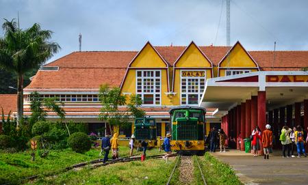 Dalat, Vietnam - 25 nov. 2017. Mensen bij oud station in Dalat, Vietnam. Het station werd in 1932 ontworpen door de Franse architecten Moncet en Reveron en werd in 1938 geopend. Stockfoto - 90833321