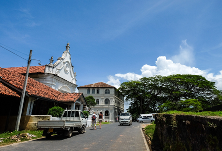 Galle, Sri Lanka - Sep 9, 2015. People visit the old town of Galle, Sri Lanka. Galle had been a prominent seaport long before western rule in the country. Banque d'images - 91285556