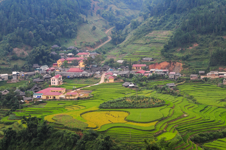 Mountain township with terraced rice field at sunny day in Ha Giang Province, Vietnam. Stockfoto