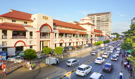 Yangon, Myanmar - 14 januari 2015. De Sule Boulevard met de beroemde Bogyoke Market, gebouwd in 1926 en formely bekend als Scott Market. Sule Boulevard is de drukste straat in Yangon. Redactioneel