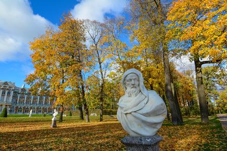 サンクトペテルブルク、ロシア - 10月 7, 2016.ロシア、サンクトペテルブルクのキャサリン宮殿の英雄像。キャサリン宮殿は、ロシアの皇帝の夏の住居