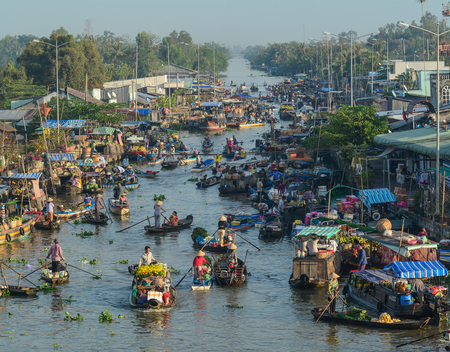 Mekong Delta, Vietnam - Feb 2, 2016. Nga Nam floating market in Mekong Delta, Vietnam. Nga Nam is one of many famous floating markets in the Southern Vietnam. Imagens - 93293403