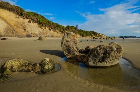 Moeraki Boulders sur la plage de Koekohe lors d'une journée d'été à Otago, dans le sud de l'île de la Nouvelle-Zélande.