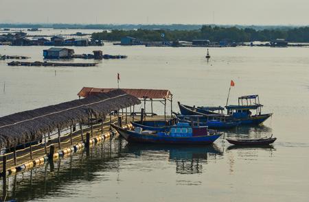 Vung Tau, Vietnam - 6 février 2018. Bateaux en bois accostant sur la jetée de Vung Tau, Vietnam. Vung Tau est une ville portuaire, sur une péninsule du sud du Vietnam. Banque d'images - 96949626