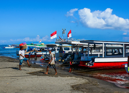 Bali, Indonesia - Apr 17, 2016. Passengers coming to the ferry at tourist pier in Bali Island, Indonesia. 新聞圖片