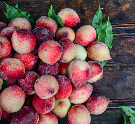 Red peach fruits on wooden table in Sapa, North of Vietnam. 版權商用圖片