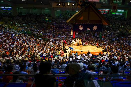 Tokyo, Giappone - 13 luglio 2015. Combattenti di sumo e lottatori di sumo che si allenano nelle scuderie di sumo che si preparano per il torneo di sumo a Tokyo, Giappone.