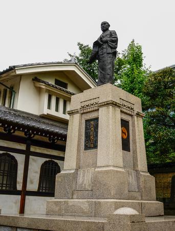 2015年7月18日、東京、千学寺で最も人気のある日本の歴史の物語の一つである47人の忠実な浪人のリーダー、大石倉之助の像。