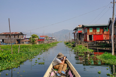 Tourisme visitant le village flottant sur le lac Inle, au Myanmar. Le lac Inle est un lac d'eau douce situé dans le district de Taunggyi de l'État de Shan. Banque d'images - 106967104