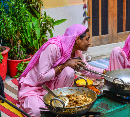 Jodhpur, India - Nov 6, 2017. Women cooking Indian traditional meal in Jodhpur, India. Jodhpur is the second largest city in state of Rajasthan. Banque d'images - 118181925