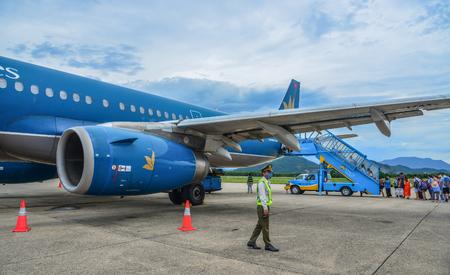 Da Nang, Vietnam - Jul 23, 2018. An Airbus A321 airplane of Vietnam Airlines docking at Da Nang International Airport (DAD). 新聞圖片