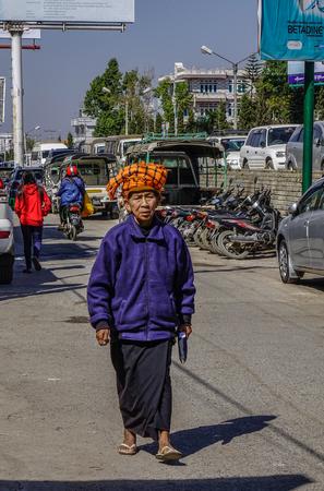 Taunggyi, Myanmar - 8 februari 2018. Portret van oude vrouw in Taunggyi, Myanmar. Sinds 1962 is Myanmar een van de armste landen ter wereld geworden.
