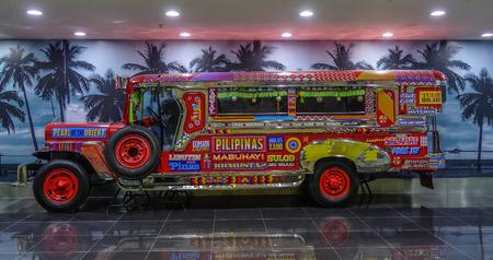 Manila, Filippijnen - 4 december 2018. Een Jeepney voor weergave op de luchthaven van Manilla (NAIA). Jeepneys zijn bussen en het meest populaire openbaar vervoermiddel in de Filipijnen. Redactioneel