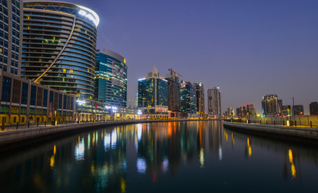 Dubai, UAE - Dec 9, 2018. Night view of Dubai Marina with reflections in the harbour at blue hour. Foto de archivo - 114944261