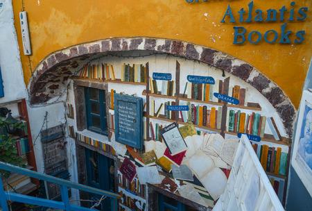 Santorini, Greece - Oct 4, 2018. View of Atlantis Bookshop on Santorini Island, Greece. Atlantis is one of my favorite bookstores anywhere. Archivio Fotografico - 120013438