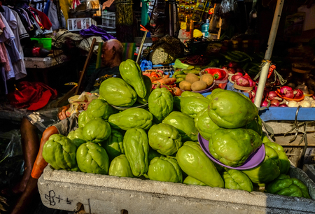 Manila, Philippines - Apr 12, 2017. Fresh Chayotes (Sechium edule) piled on table in stall market. Foto de archivo - 120169962