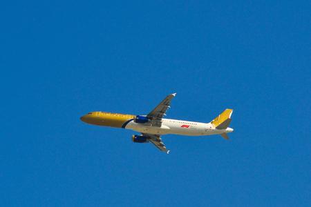 Dubai, UAE - Dec 9, 2018. An Airbus A321 airplane of Gulf Air taking off from Dubai International Airport (DXB). 報道画像
