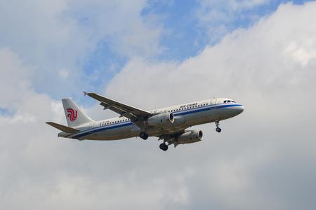 Phuket, Thailand - Apr 4, 2019. An Airbus A320 airplane of Air China (B-6745) landing at Phuket Airport (HKT). 版權商用圖片