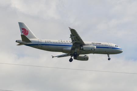 Phuket, Thailand - Apr 4, 2019. Ein Airbus A320 von Air China (B-6745) landet auf dem Flughafen Phuket (HKT).